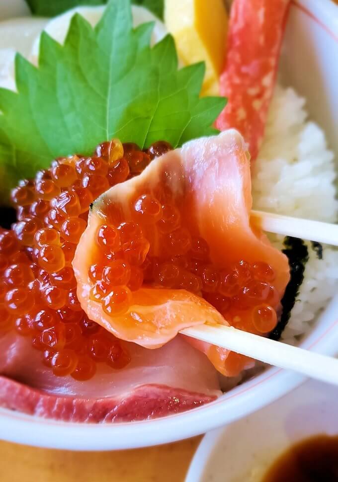 余市駅近くにある「海鮮工房」で注文した海鮮丼を食べます