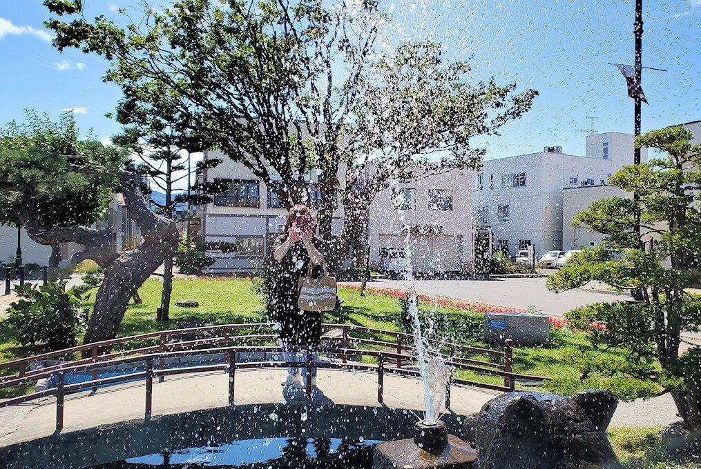 余市駅前に設置されている噴水広場で写真を撮る