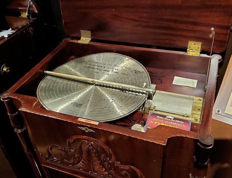 「小樽オルゴール堂:2号館」に展示されている平盤式のオルゴール