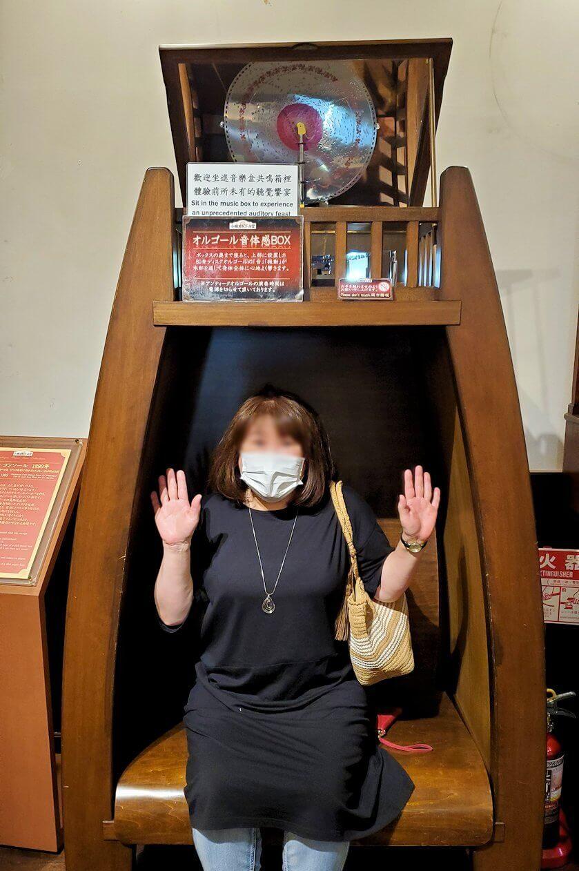 「小樽オルゴール堂:2号館」に展示されている、ボックス型のオルゴールを体験