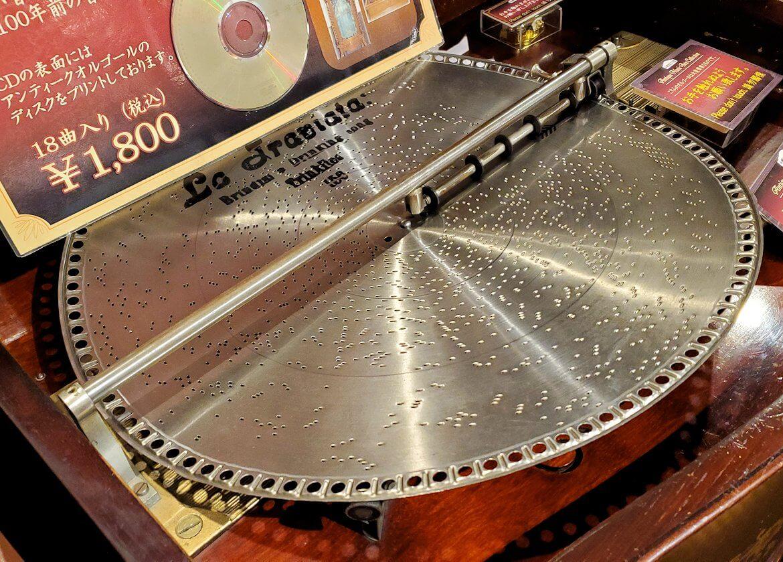「小樽オルゴール堂:2号館」に展示されている平盤式のオルゴール1