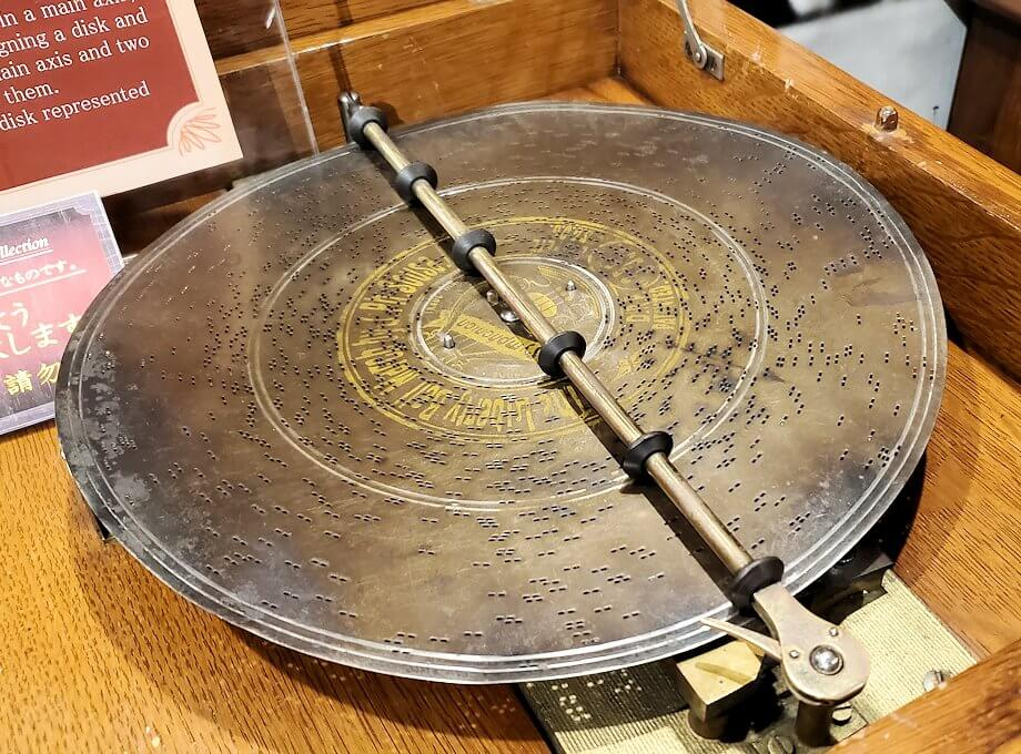 「小樽オルゴール堂:2号館」に展示されている平盤式のオルゴール5
