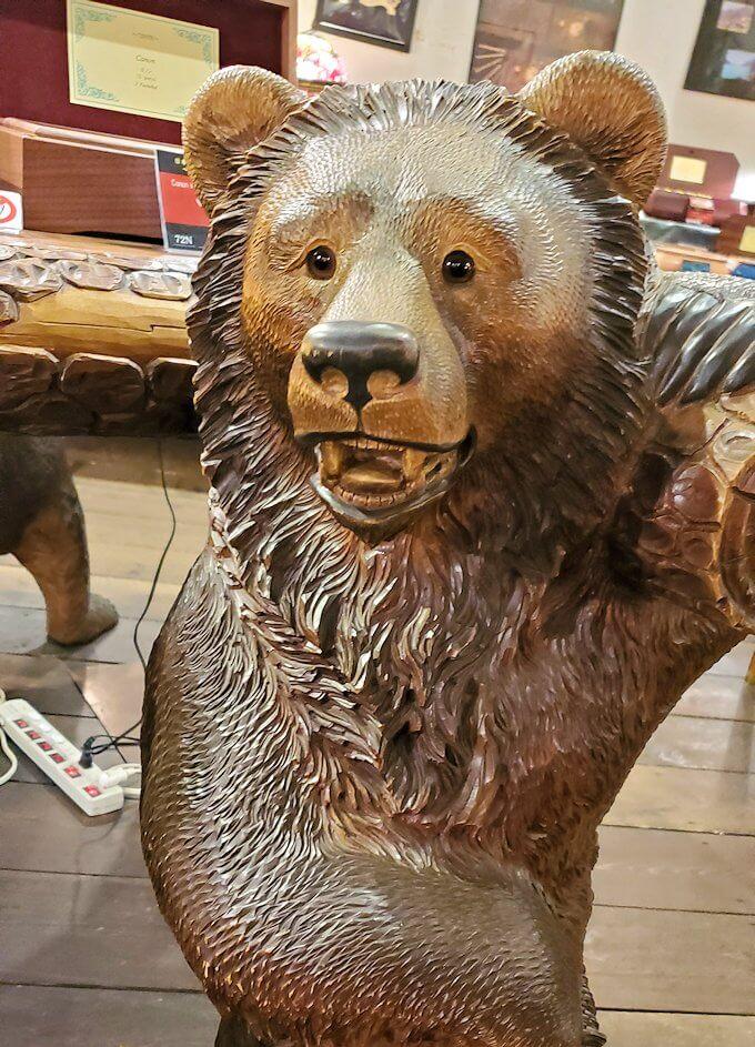 「小樽オルゴール堂:2号館」で展示されている熊の置物