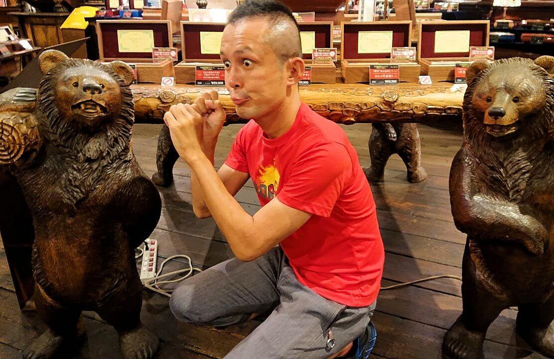「小樽オルゴール堂:2号館」で展示されている熊の置物と写真を撮る