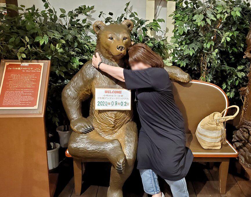 「小樽オルゴール堂:2号館」で展示されている熊の置物と写真を撮る1