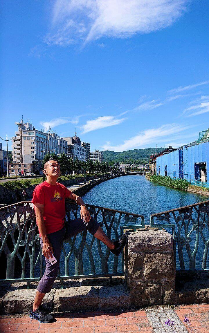 小樽運河が一望できる場所の柵で記念撮影