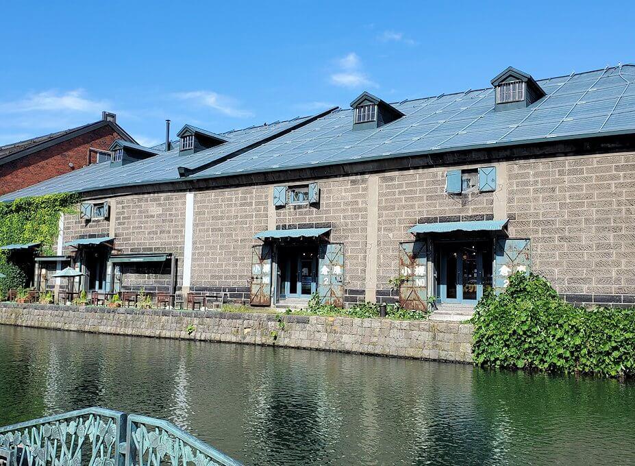 小樽運河沿いの壁にあった倉庫跡の建物