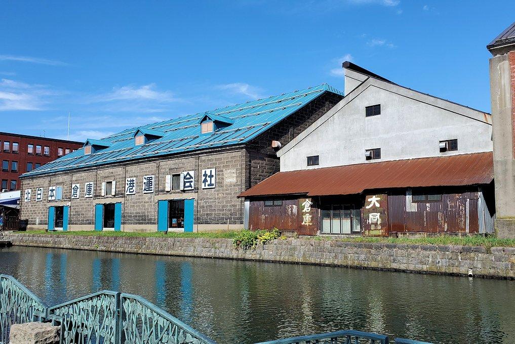 小樽運河沿いの壁にあった倉庫跡の建物1