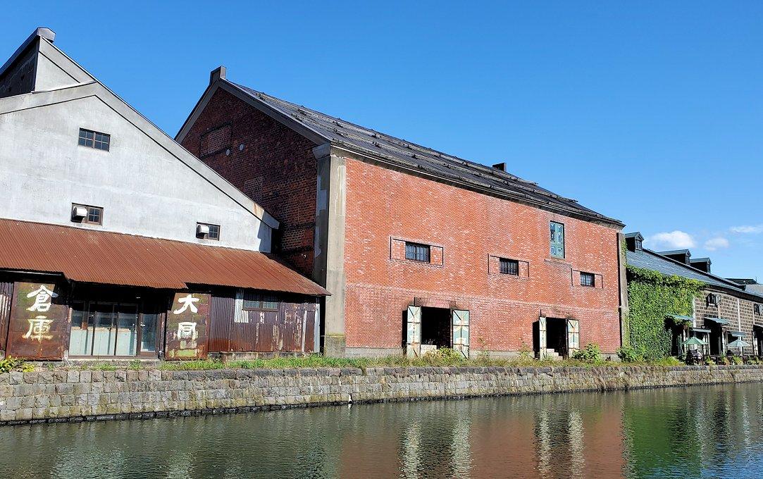 小樽運河沿いの壁にあった倉庫跡の建物2