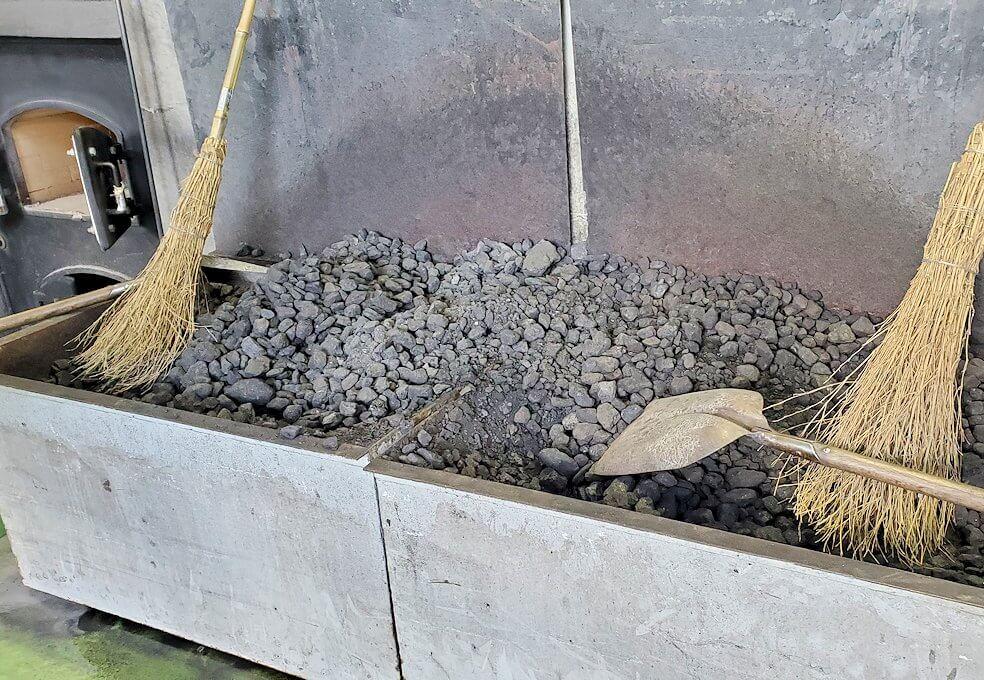 ニッカウヰスキー余市蒸溜所の蒸留棟内で実際に使用されている石炭