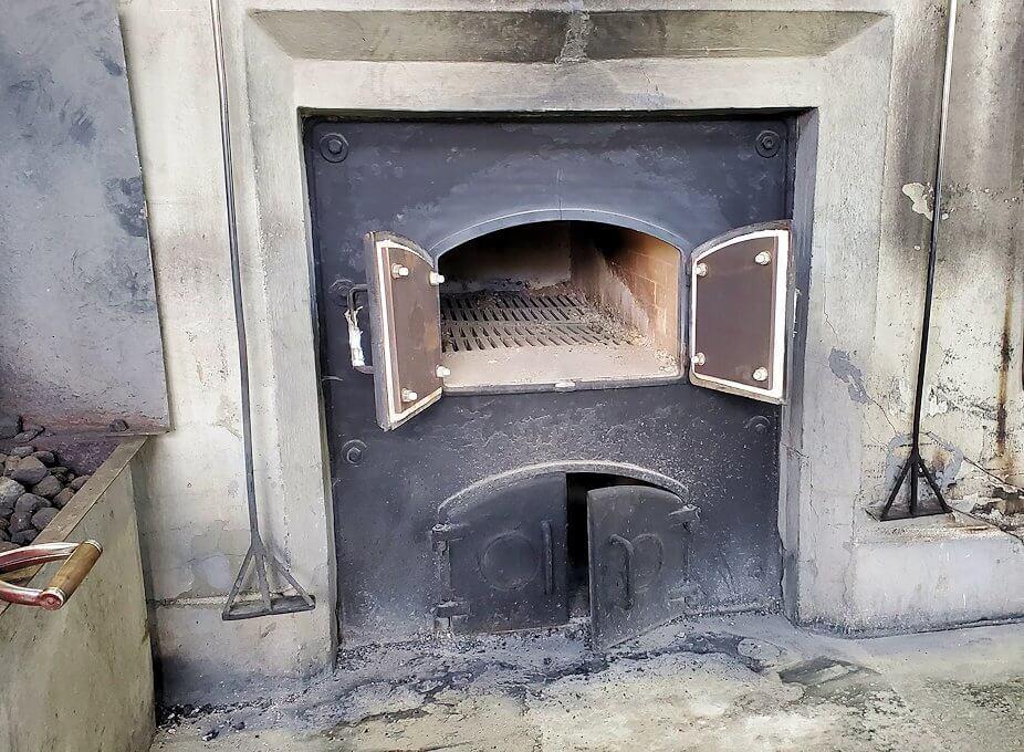 ニッカウヰスキー余市蒸溜所の蒸留棟内で実際に使用されている石炭1