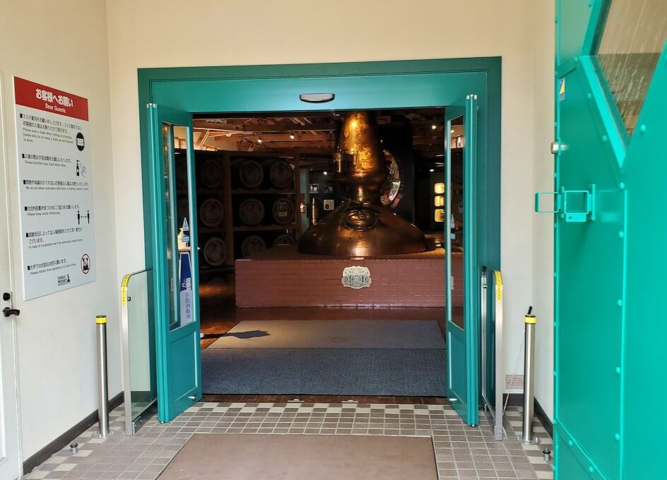ニッカウヰスキー余市蒸留所内の博物館へと入る