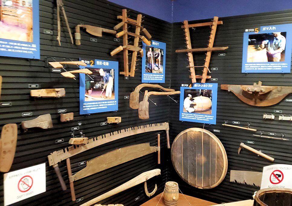 余市町のウイスキー博物館内にあった、樽造りの説明