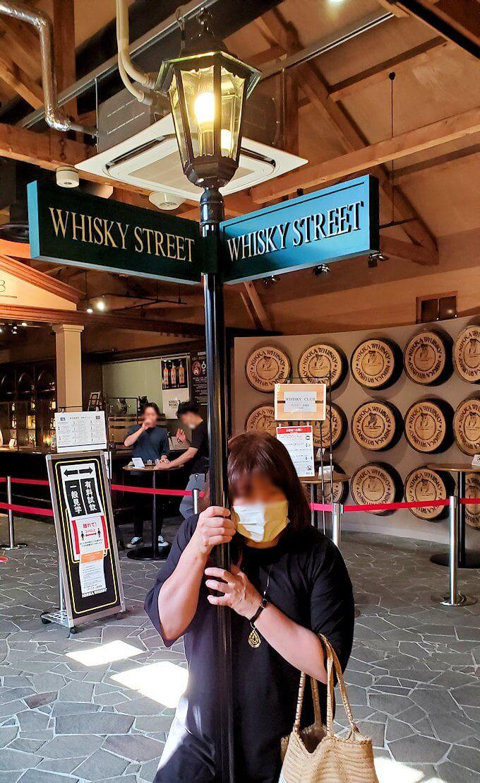余市町のウイスキー博物館内で記念撮影