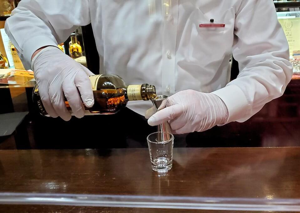 余市町のウイスキー博物館内で、竹鶴21年の試飲を注文
