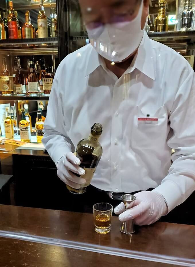 余市町のウイスキー博物館内で、竹鶴21年の試飲を注文1