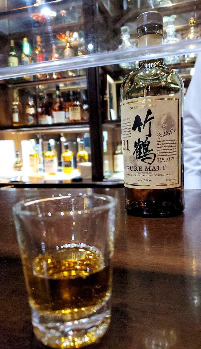 余市町のウイスキー博物館内で、竹鶴21年の試飲を注文2