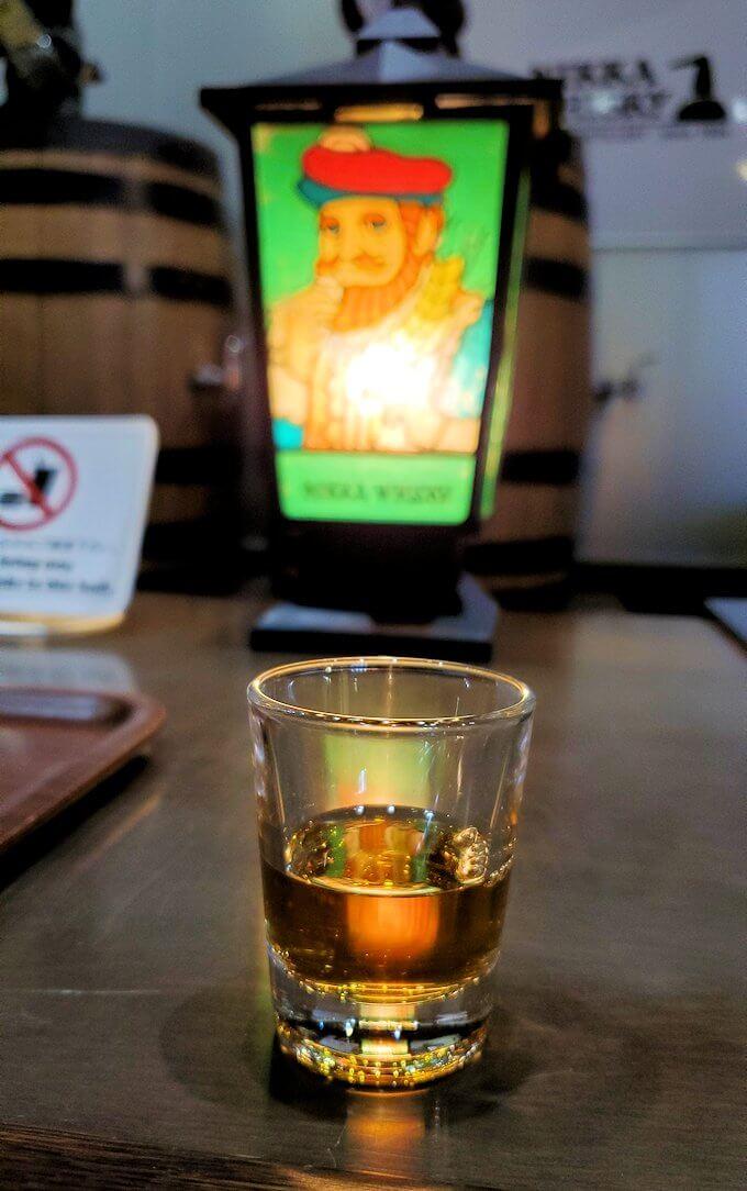 余市町のウイスキー博物館内で、竹鶴21年の試飲コーナー1