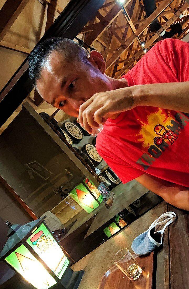 余市町のウイスキー博物館内で、竹鶴21年を試飲する男1