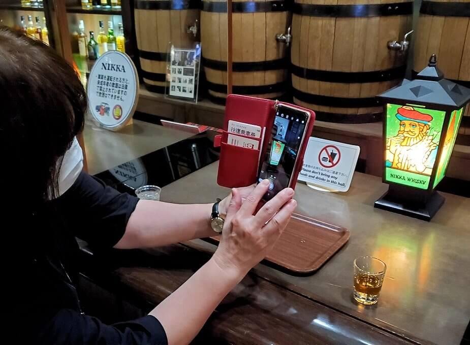 余市町のウイスキー博物館内で、竹鶴21年の試飲コーナーで撮影