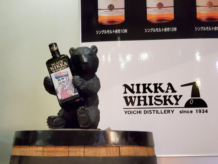 ウイスキー博物館に置かれている熊の置物1