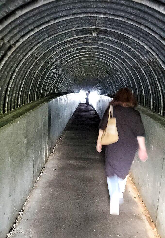 積丹半島の北端にある「島武意海岸」駐車場から海岸展望台へと向かうトンネルを進む