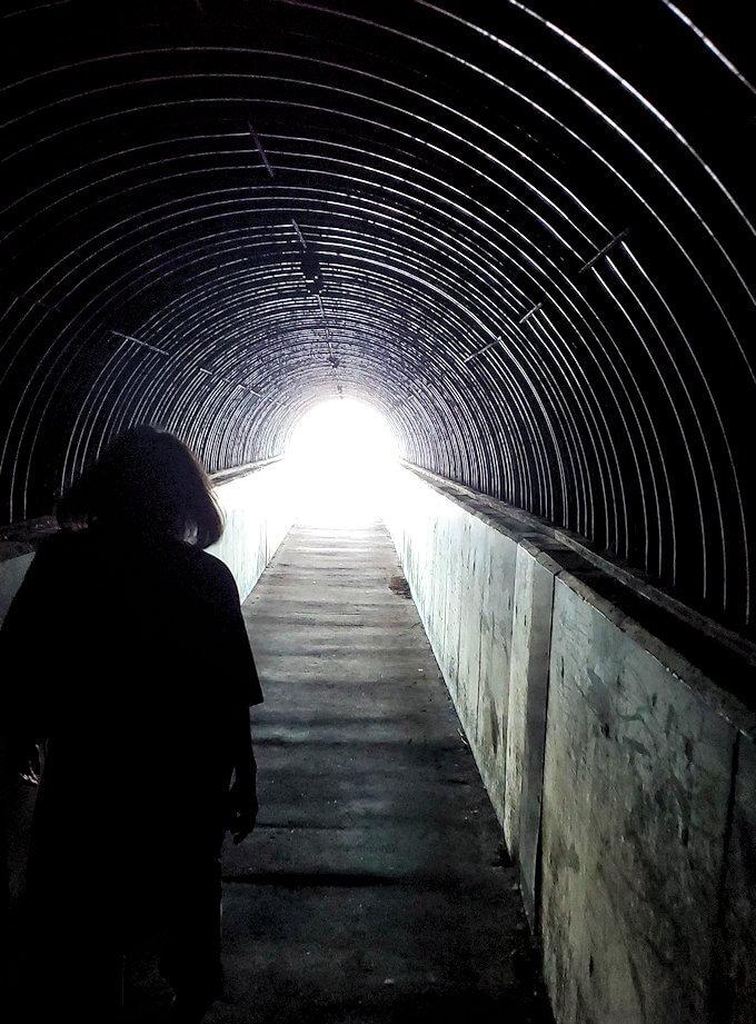 積丹半島の北端にある「島武意海岸」駐車場から海岸展望台へと向かうトンネルを進む1