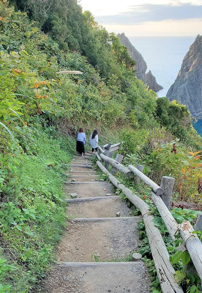 積丹半島の北端にある「島武意海岸」へと降りる道