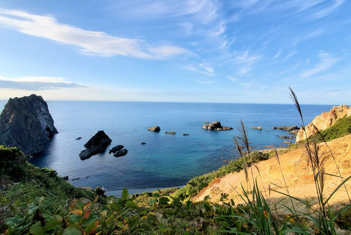 積丹半島の北端にある「島武意海岸」へと降りながら見える景色