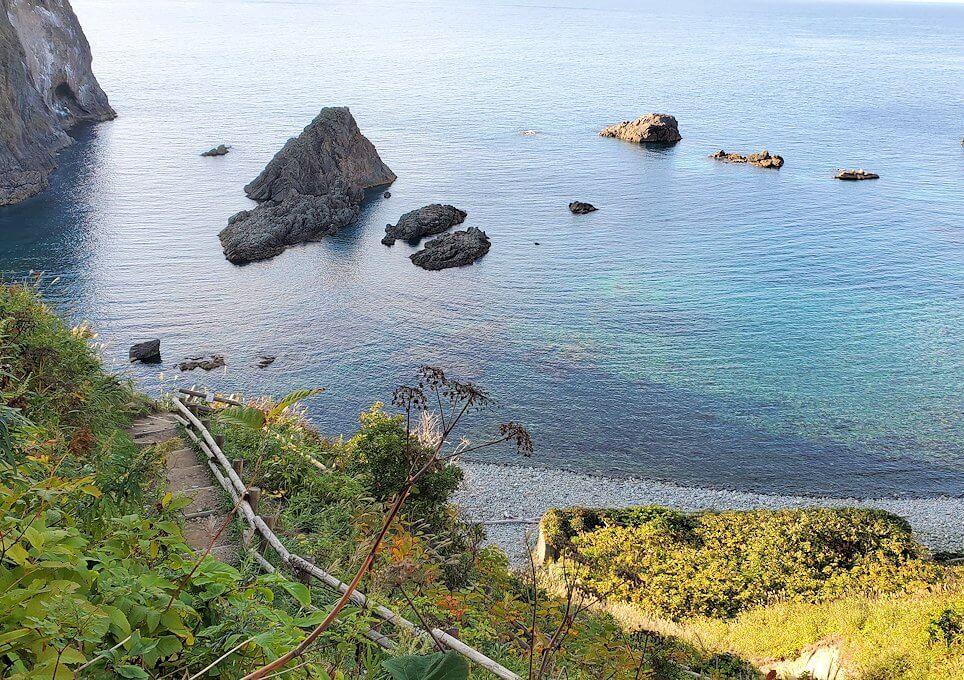積丹半島の北端にある「島武意海岸」へと降りながら見える景色1