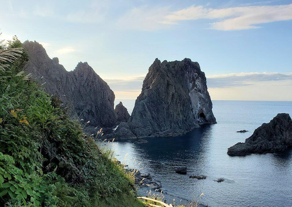 積丹半島の北端にある「島武意海岸」へと降りながら見える屏風岩