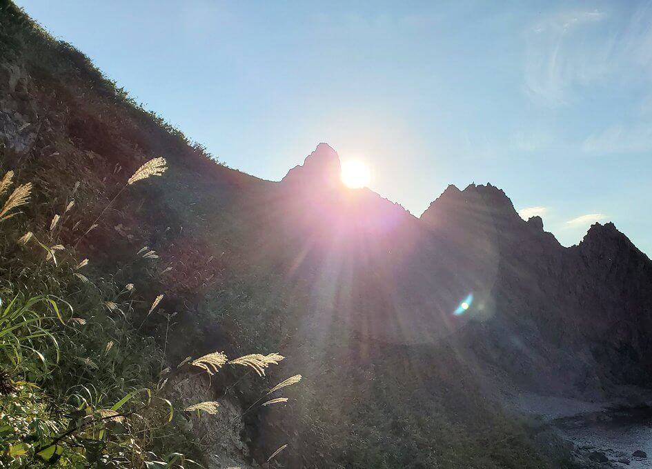 積丹半島の北端にある「島武意海岸」へと降りながら見える屏風岩1