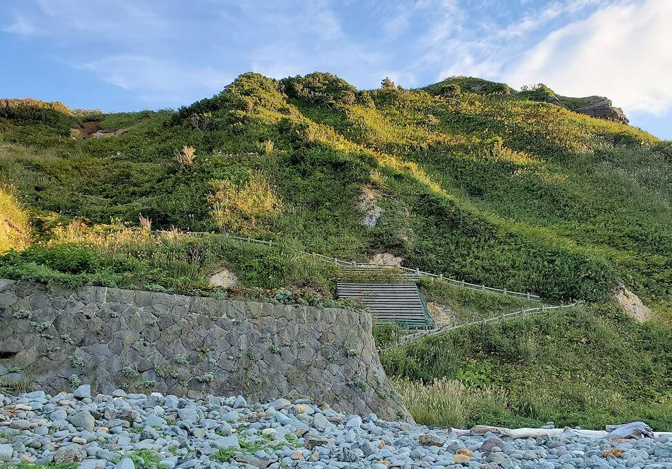 積丹半島の北端にある「島武意海岸」下から見るダイン外絶壁の景色