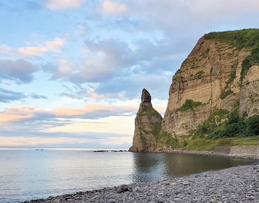 積丹半島の海岸でロウソク岩を眺める