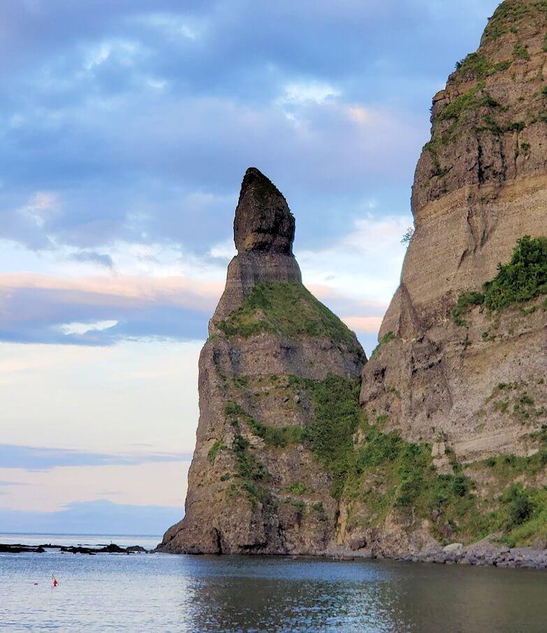 積丹半島の海岸でロウソク岩を眺める1