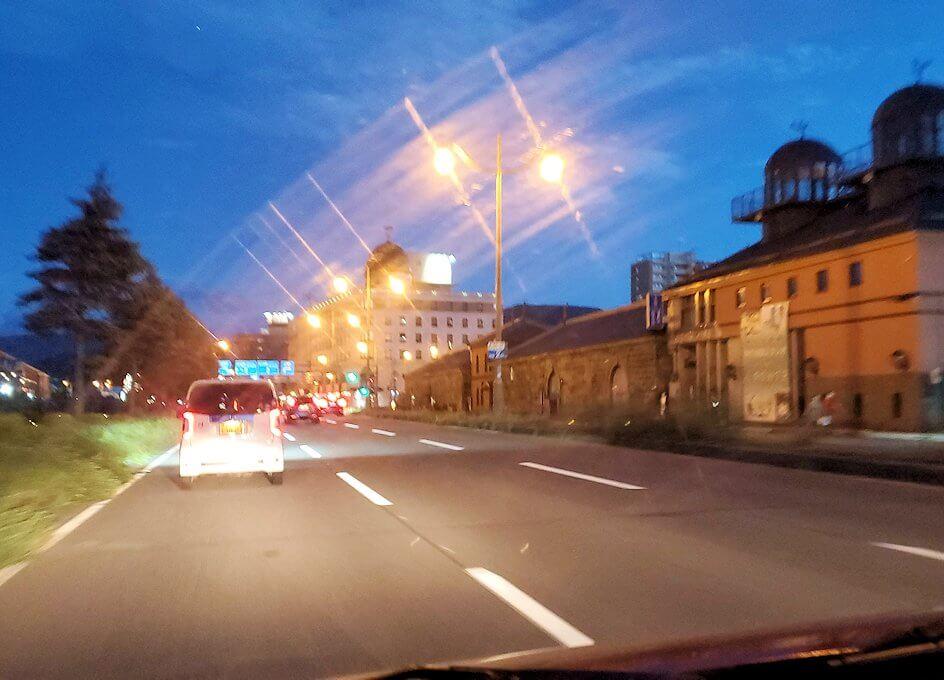 夜の小樽の街に入る