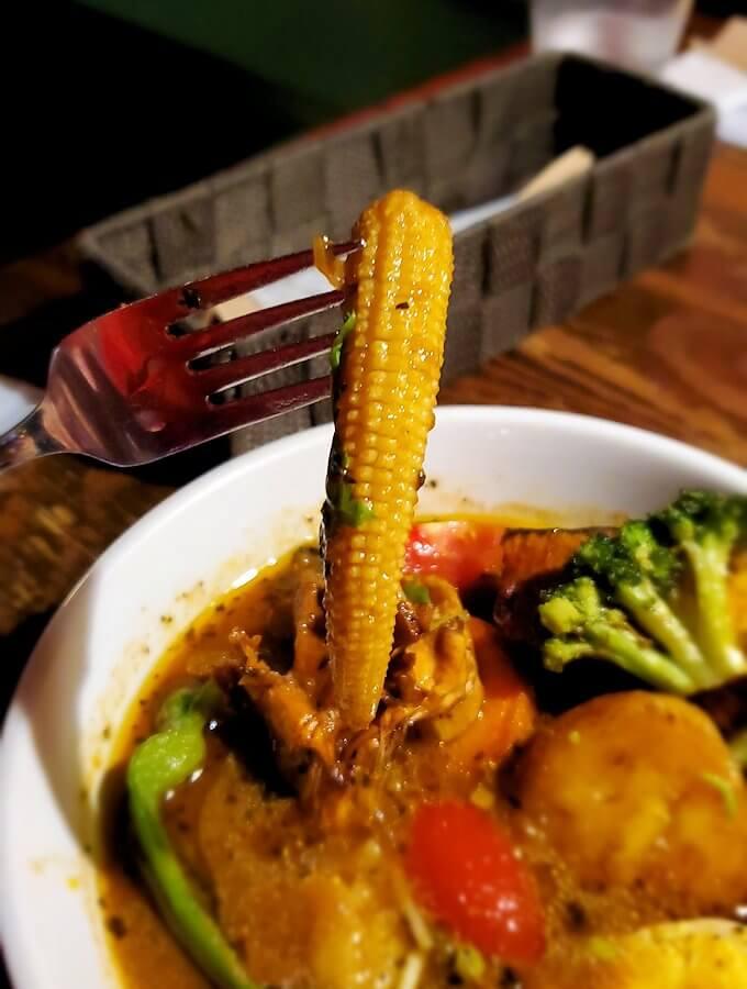 スープカレー専門店「スアゲ(Suage)」で注文した、野菜カレーのヤングコーン