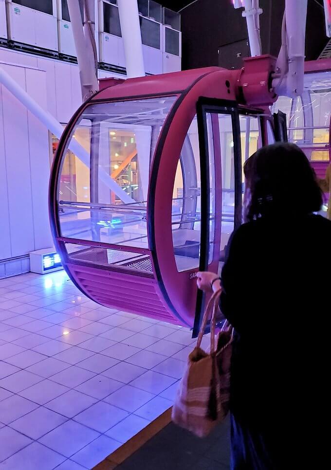 札幌市内にあるノルベサという商業施設にある観覧車に乗り込む