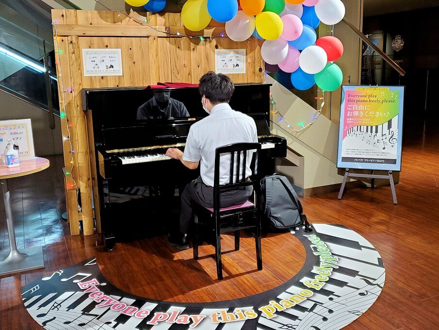札幌市内にあるノルベサという商業施設に展示されていたピアノで演奏する人