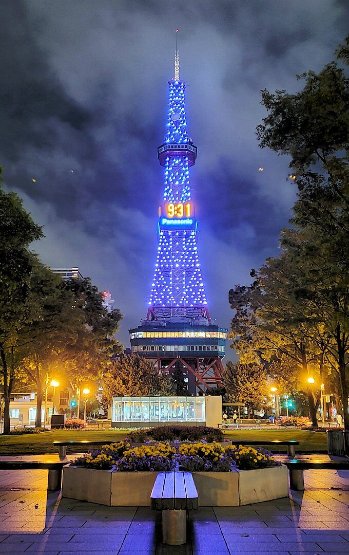 夜の札幌市内に輝く札幌タワー
