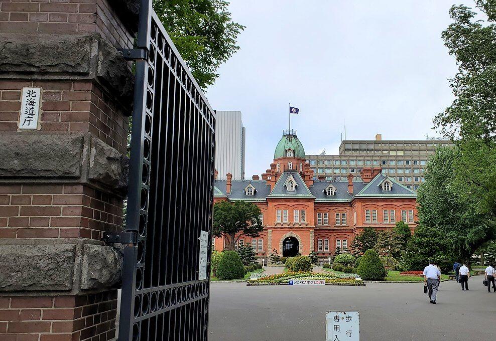 北海道庁前の正門