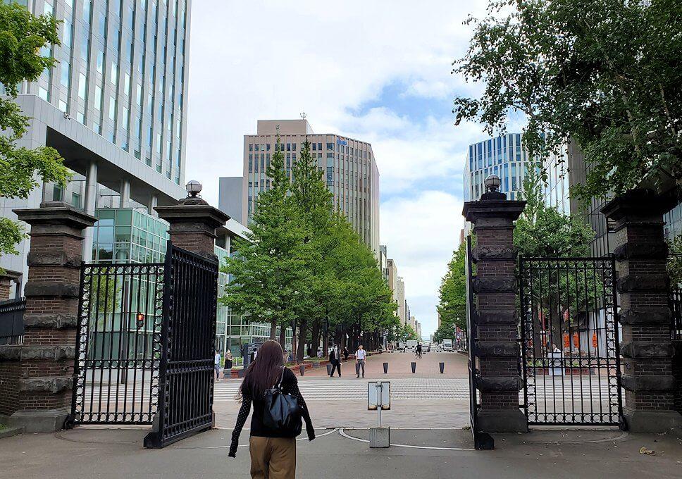北海道庁の正門から出る