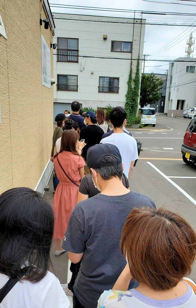 美園駅近くにある「麺屋 彩未」に並ぶ人達