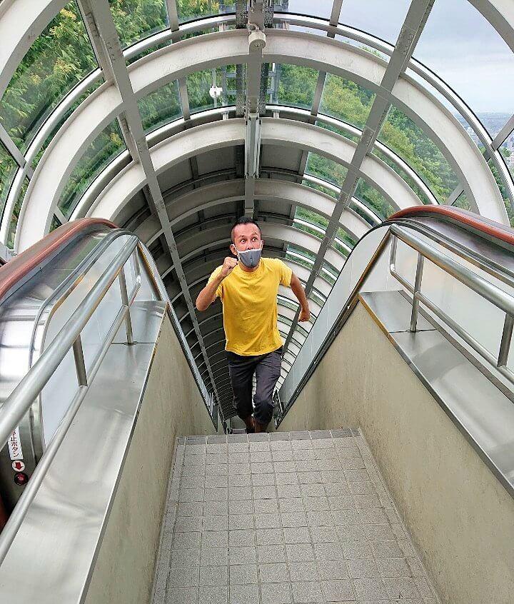 大倉山駐車場から、大倉山ジャンプ競技場へ向かう道を登る男