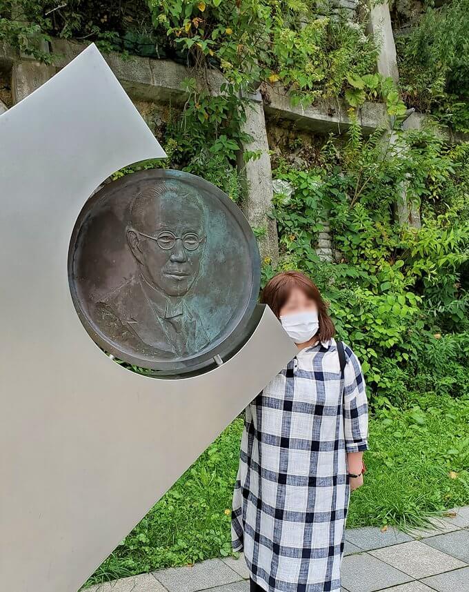 大倉山ジャンプ競技場脇に造られている、大倉喜七郎の記念碑で記念撮影