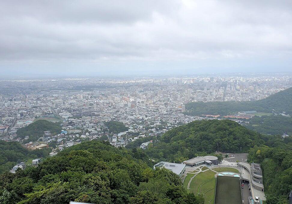 大倉山ジャンプ競技場の頂上から眺める札幌市内