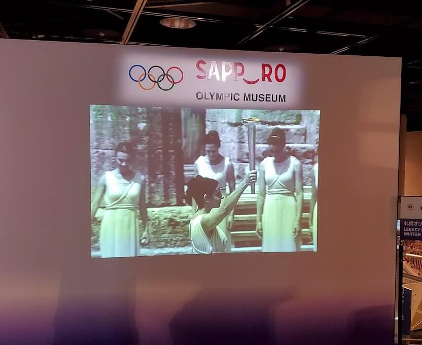 大倉山にあるオリンピックミュージアムに映し出されている、聖火リレーの様子