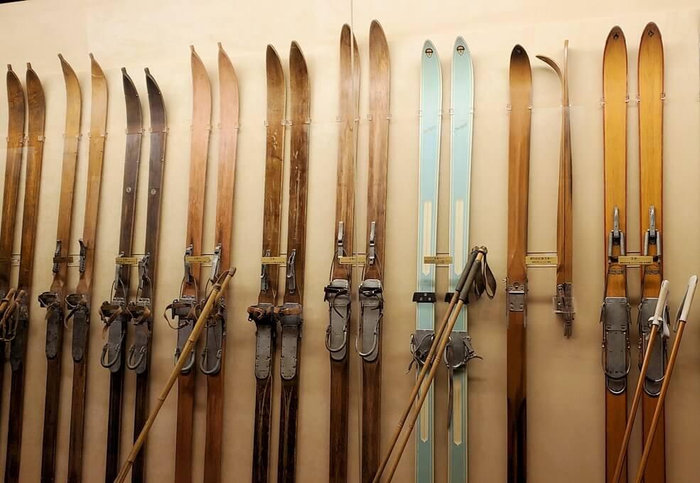 昔使われていたスキー板の数々
