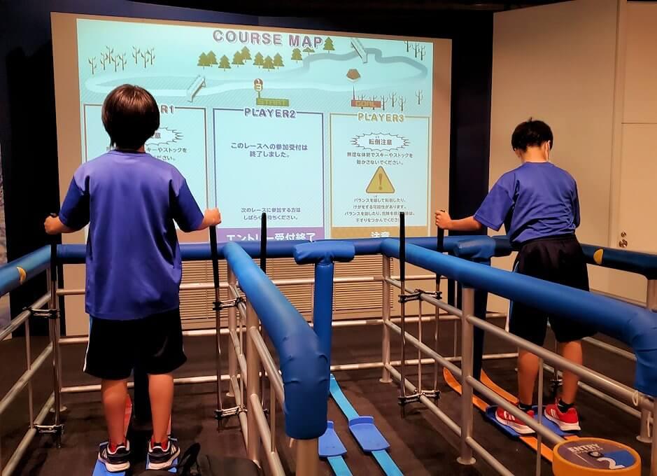 札幌オリンピックミュージアムの体験コーナー、ノルディックスキーを体験する子供達