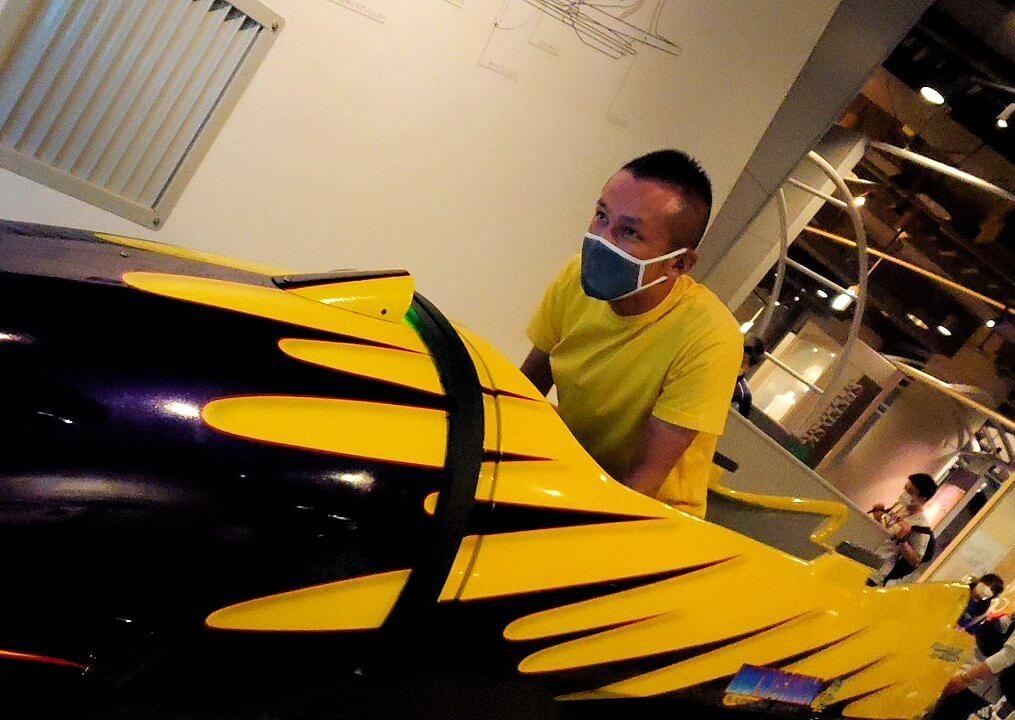 札幌オリンピックミュージアムの体験コーナーにあったボブスレーに乗る男